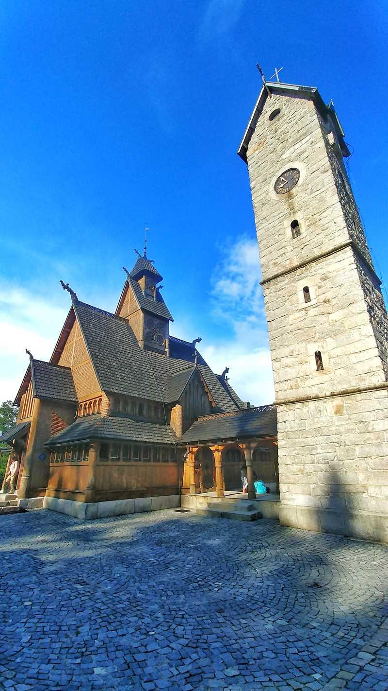 Die Stabkirche Wang im oberen Ortsteil von Karpacz im Riesengebirge