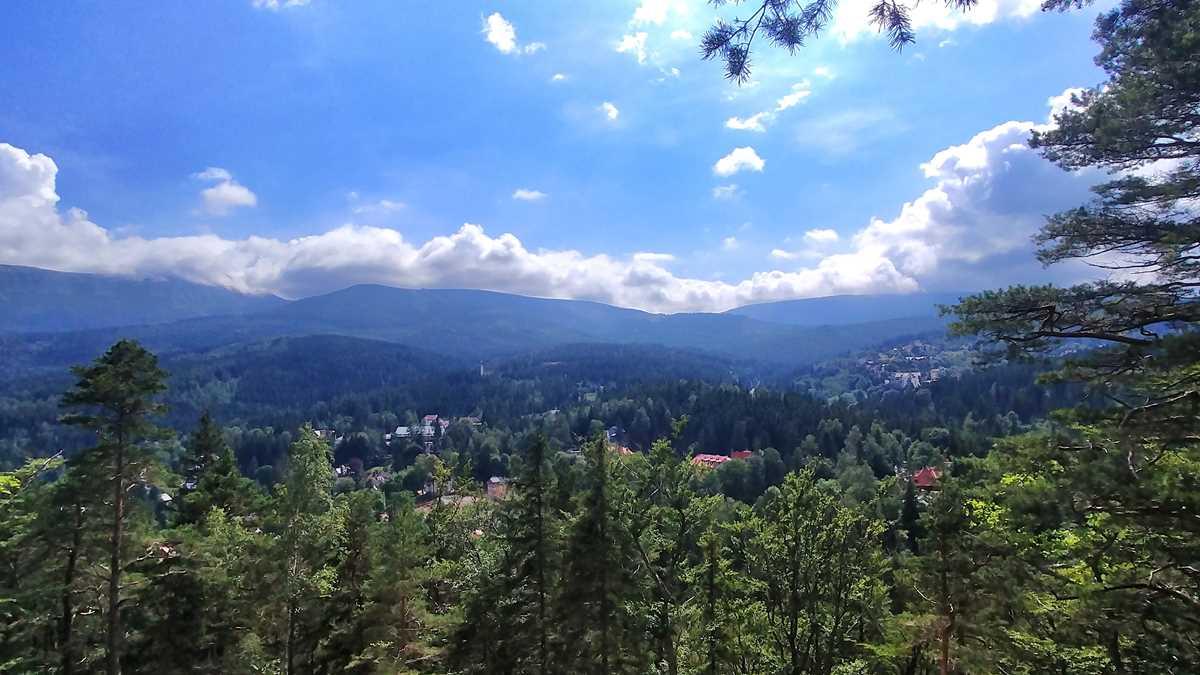 Ausblick von Hausberg Karpatka auf Karpacz sowie das Riesengebirge