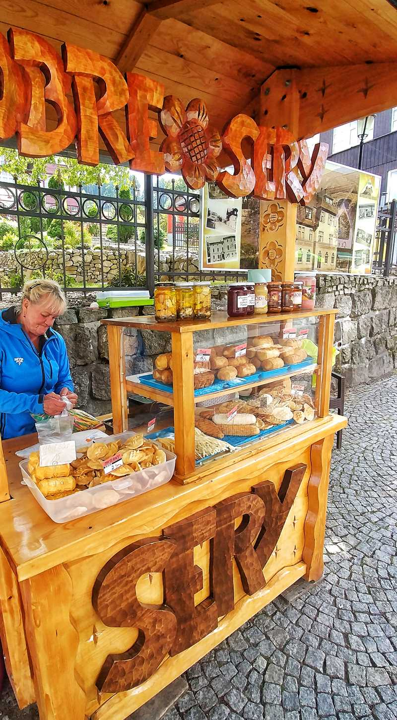 Typische Käse-Spezialitäten in der Fußgängerzone von Karpacz