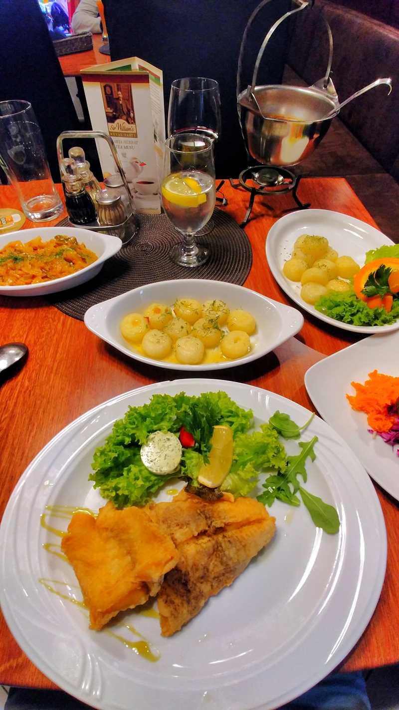 Ein Tisch voller polnischer Delikatessen in Karpacz