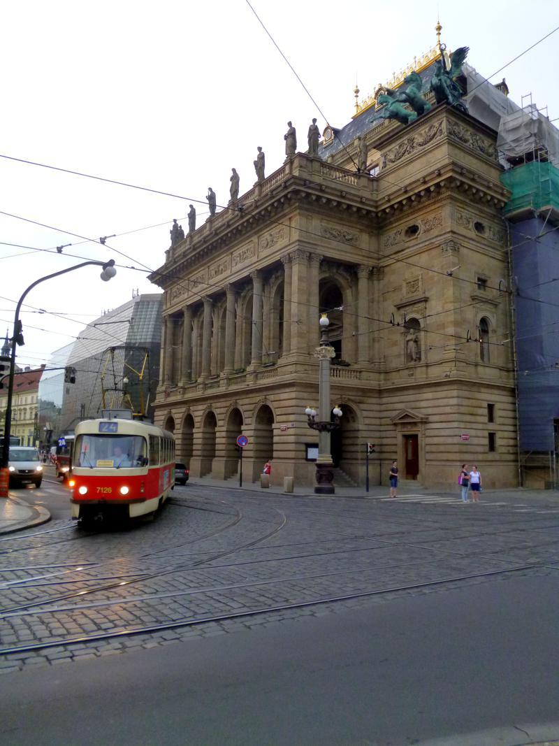 Das Nationaltheater von Prag mit einer der typischen Tatra-Straßenbahnen im Vordergrund