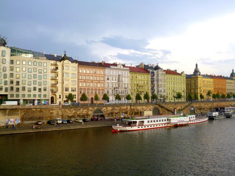 Das wunderschöne Moldauufer in Prag