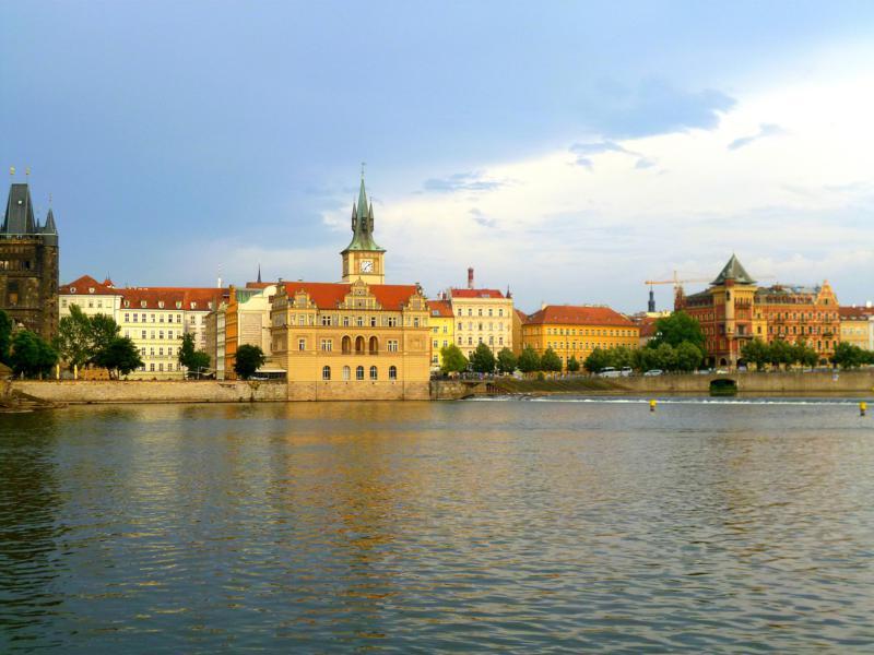 Das Moldauufer von der Karlsbrücke aus gesehen