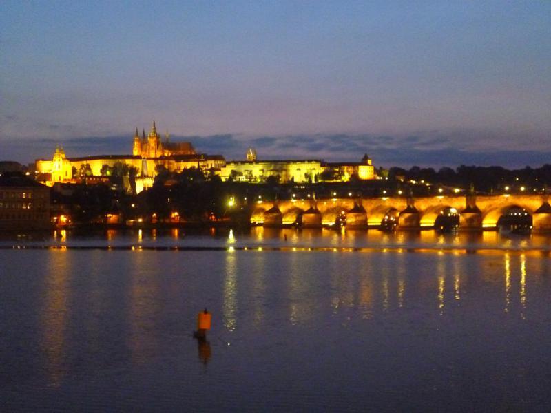Prag bei Nacht, mit Karlsbrücke und Hradschin
