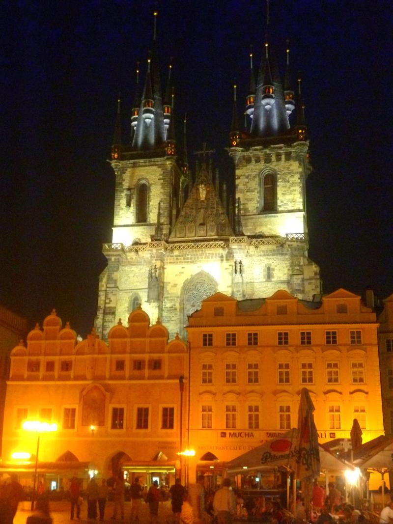 Der Altstaedter Markt von Prag bei Nacht