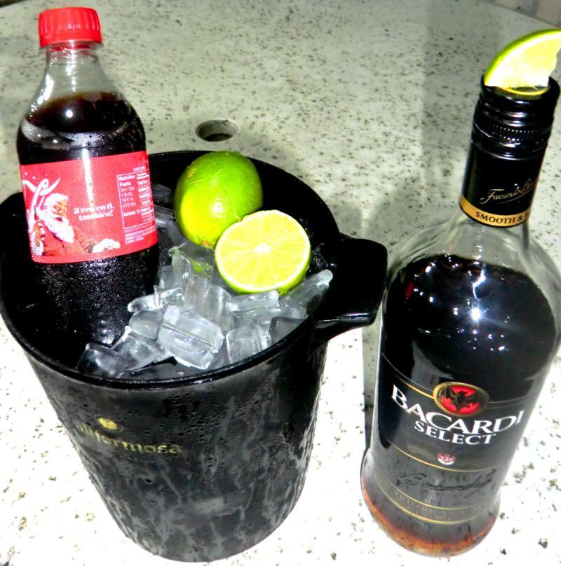 So sieht die Abendgestaltung a la Puert Rico aus: Bacardi Rum, Coke und Limette