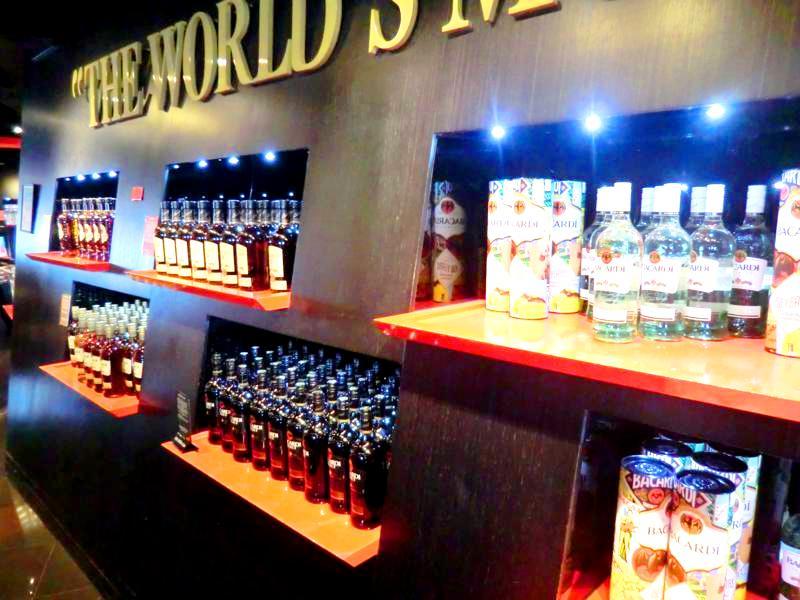 Bacardi-Shop mit logischerweise jeder Menge Bacardi-Flaschen