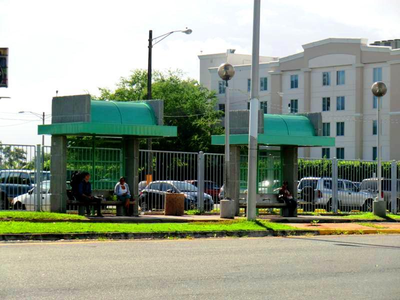 Die Bushaltestelle in Isla Verde auf dem Weg vom Flughafen nach San Juan
