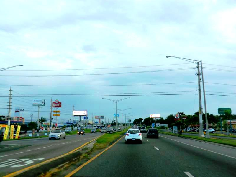 Highway auf Puerto Rico zwischen Arrecibo und Mayagüez