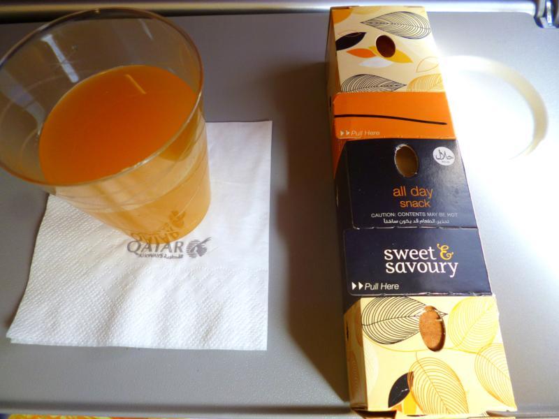 Snack auf dem Flug von Tiflis nach Baku mit Qatar Airways