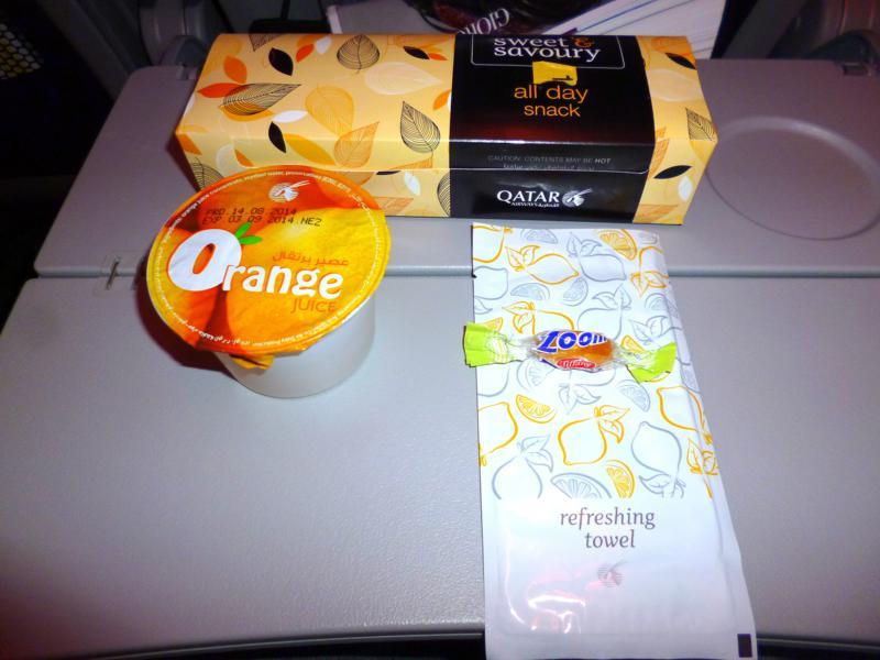 Snack auf dem Flug von Doha nach Dubai mit Qatar Airways