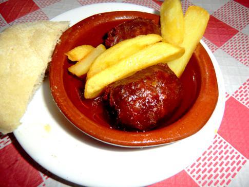 Fleischbällchen mit gebackenen Kartoffeln im andalusischen Ronda
