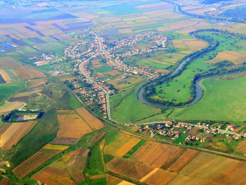 Blick auf den Ort Ogra in Transsilvanien während eines Ryanair-Fluges