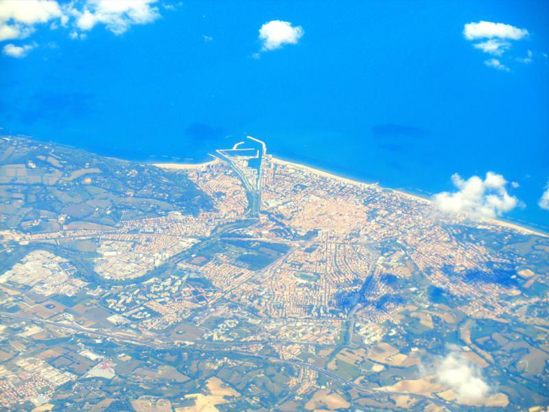 Überflug von Pesaro in Italien auf dem Weg von Targu Mures nach Pisa mit Ryanair