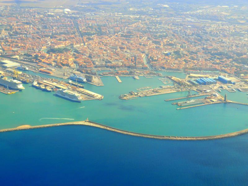 Livorno aus der Luft kurz vor der Landung in Pisa