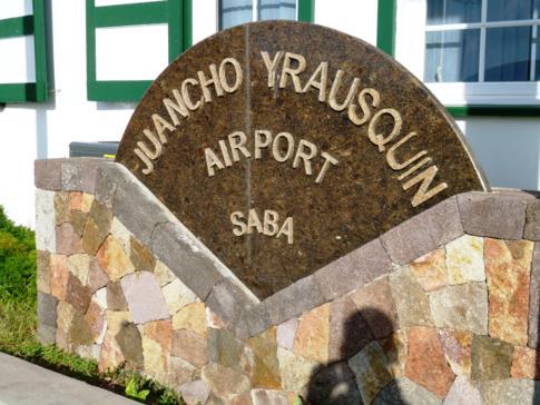 Willkommensschild am Juancho E. Yrausquin Airport auf Saba