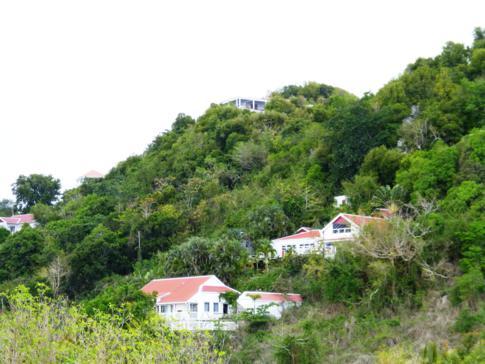 Blick vom Bobby Hill auf die El Momo Cottages auf Saba