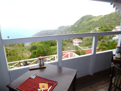 Tolle Lage für ein Frühstück - El Momo Cottages, Saba
