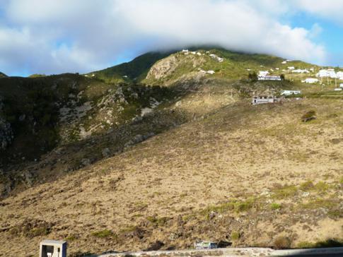 Blick von Flughafen von Saba auf den Mount Scenery