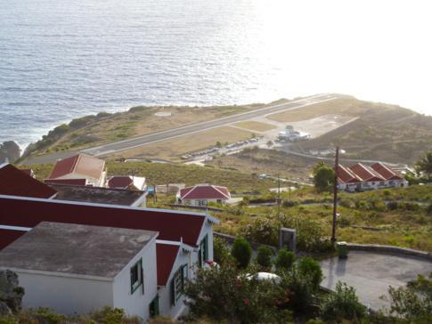 Blick auf den Flughafen von Saba, den Juancho Yrausquin Airport