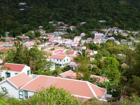 Blick auf den Ort Windwardside in Saba