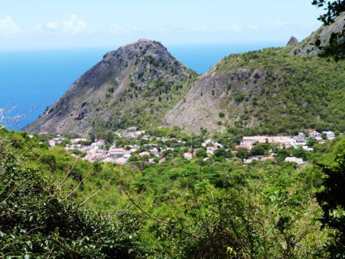 Blick vom Bottom Mountain Trail auf die kleine Hauptstadt von Saba