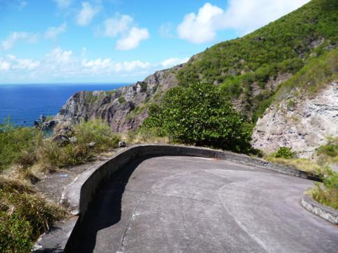 Typisch steile Straße auf Saba, hier hinunter zur Wells Bay