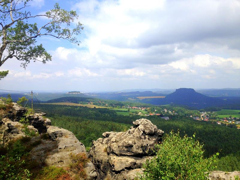 Die Aussicht vom Papststein in Richtung Königstein und Lilienstein