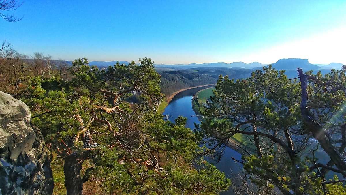 Der spektakuläre Ausblick von der Basteibrücke auf das Elbtal und das Elbsandsteingebirge