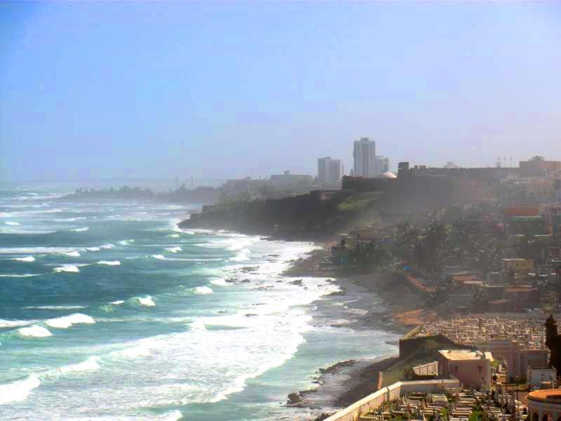 Blick vom Das Castillo San Felipe del Morro auf Condado Beach