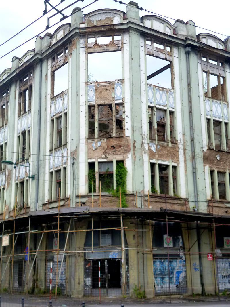 Zeitzeugen des Bosnienkrieges: eingefallene Häuser