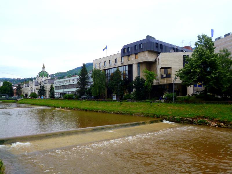 Der Fluss Miljacka durchfließt das Zentrum von Sarajevo