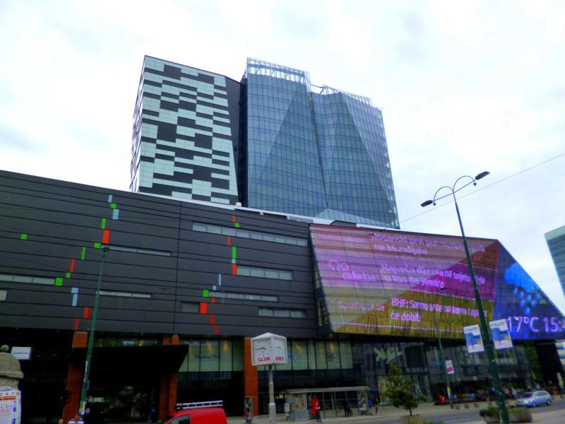 Moderne Gebäude ragen immer wieder zwischen alten Plattenbauten hervor.