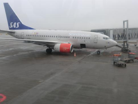 Ein Flugzeug von Scandinavian Airlines vor dem Flug nach Berlin