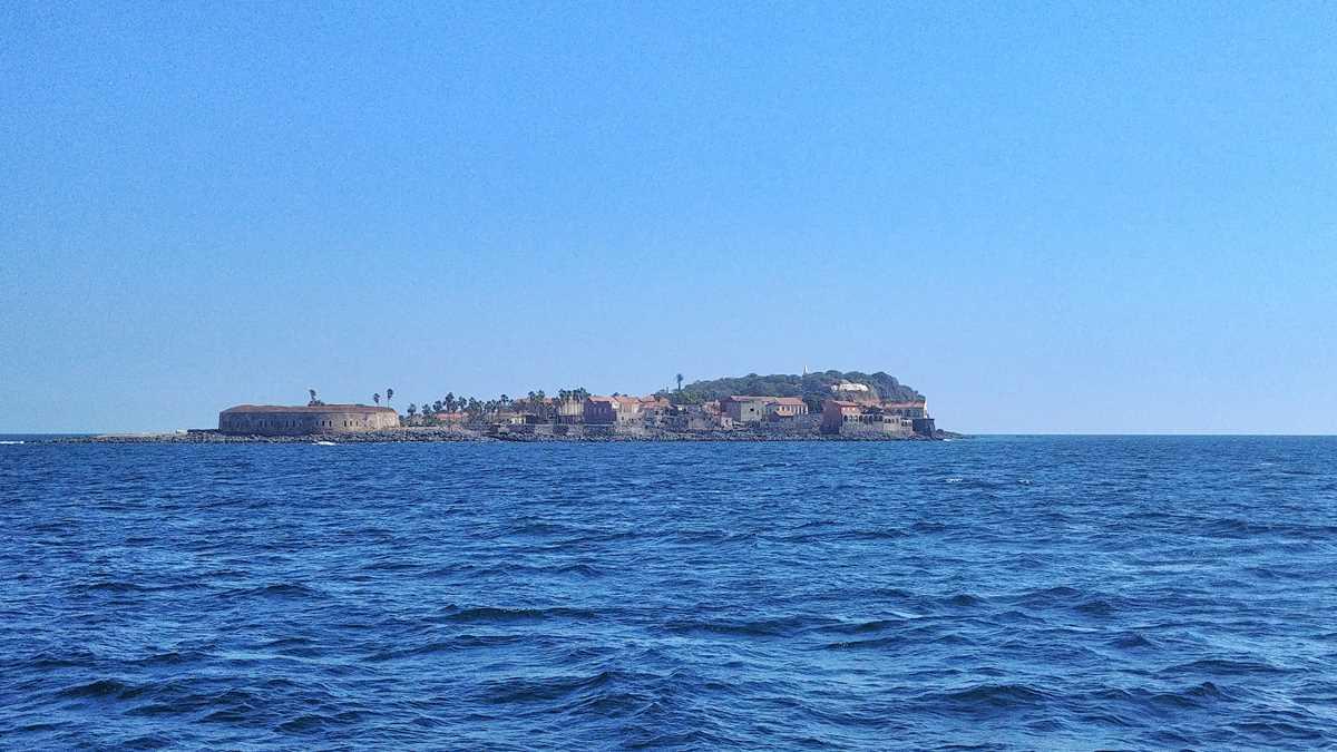 Blick auf die Insel Goree von der in Dakar abfahrenden Fähre
