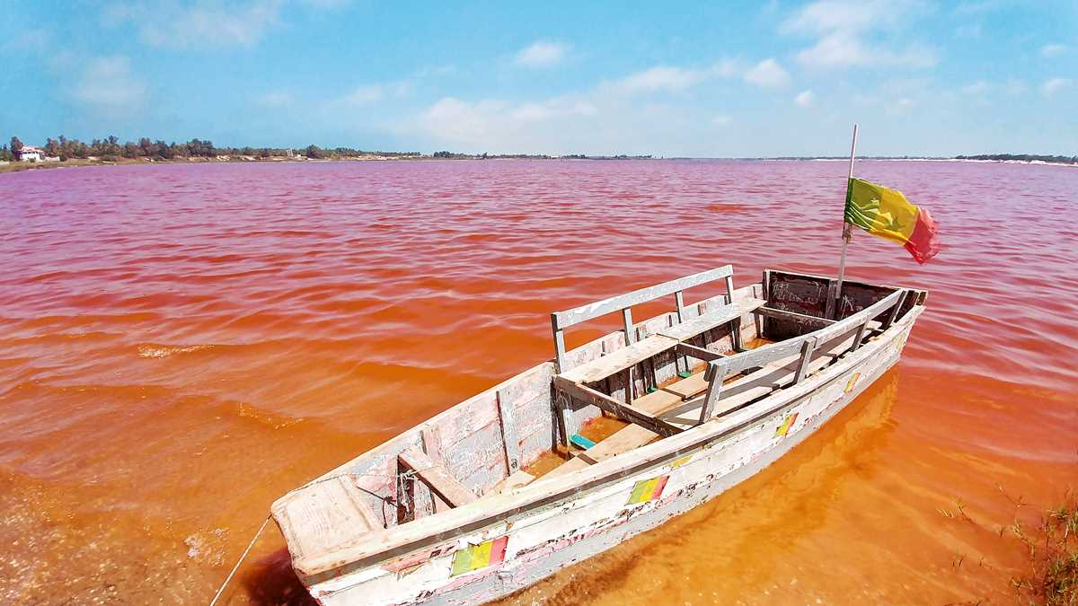 Der Lac Rosé nahe Dakar, ein rosa See als Top-Sehenswürdigkeit im Senegal
