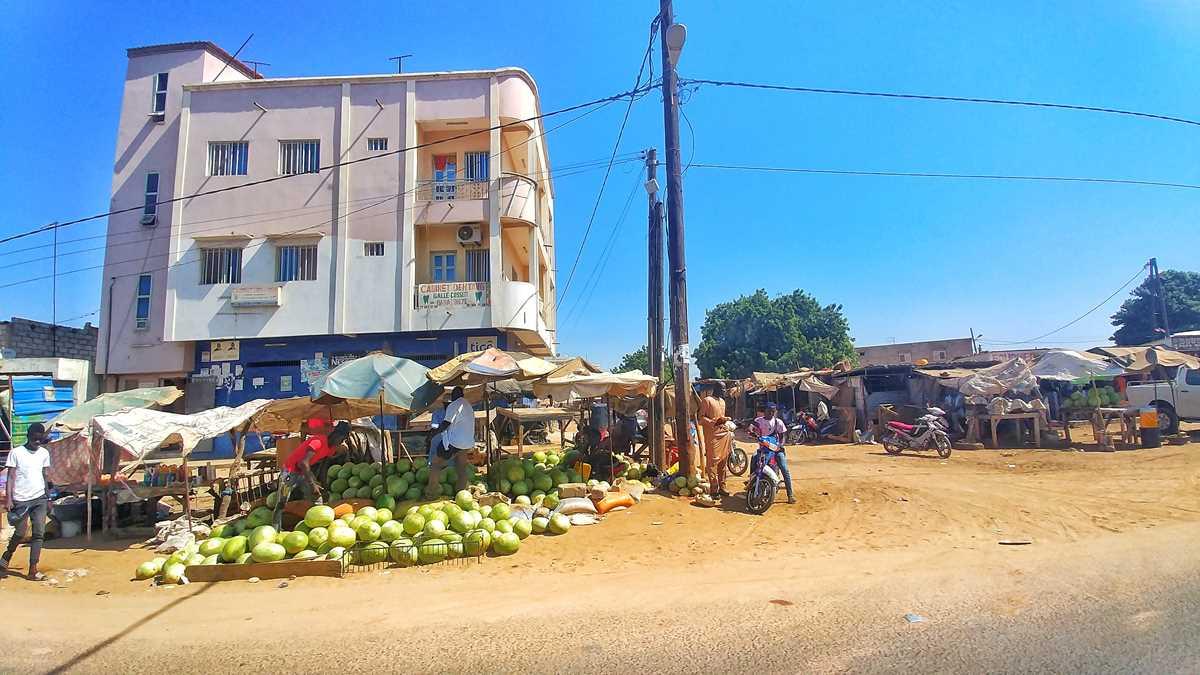 Das Leben im Senegal - spannend zu beobachten auf einer Busfahrt durch Dakar