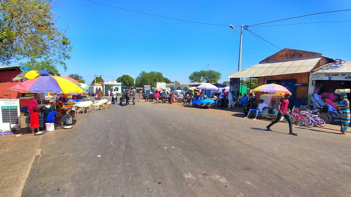 Der Grenzübergang in Karang von Senegal nach Gambia