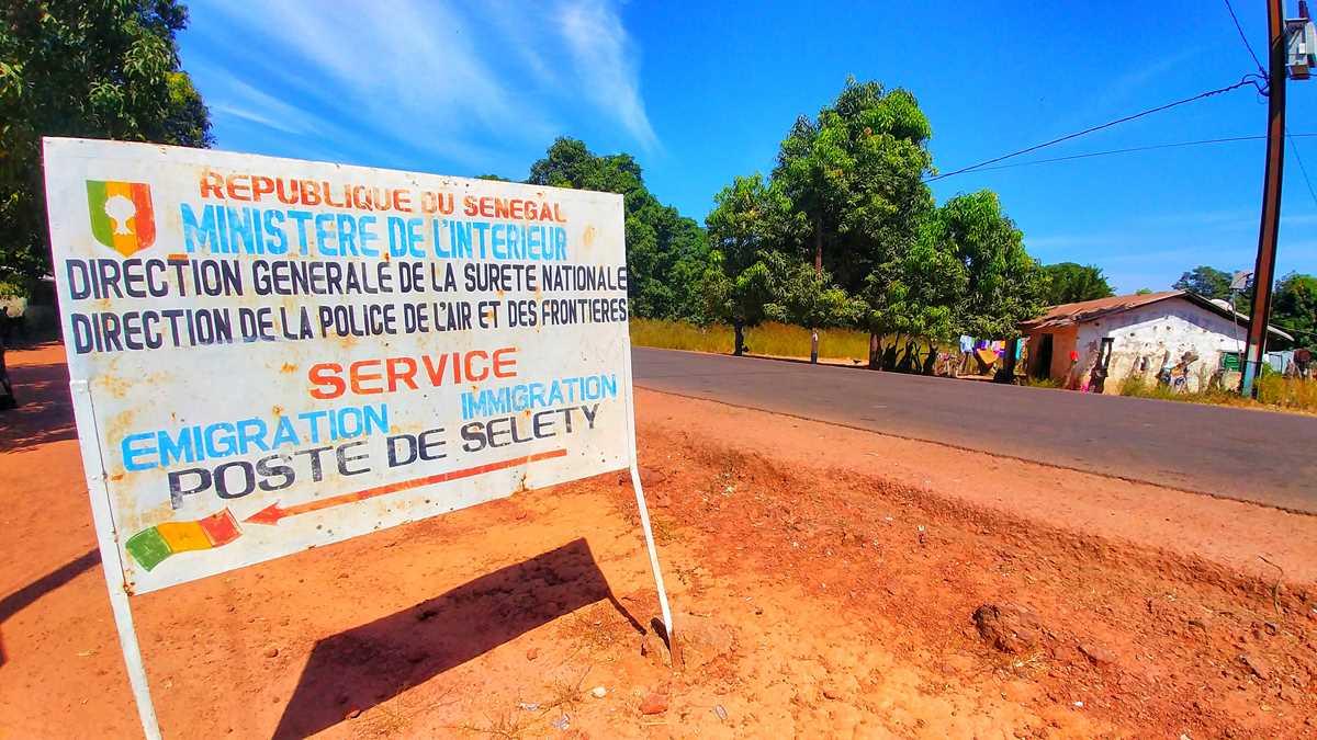 Der Grenzübergang von Senegal nach Gambia an der Übergangsstelle Seleti-Jiboro