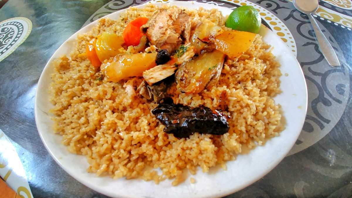 Ein typisches Mittagessen im Senegal mit dem Thiboudienne
