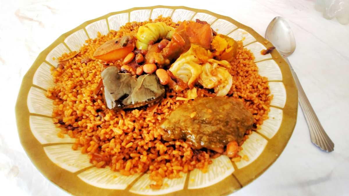 Riz Wolof ist eine typische Art, Reis im Senegal zuzubereiten