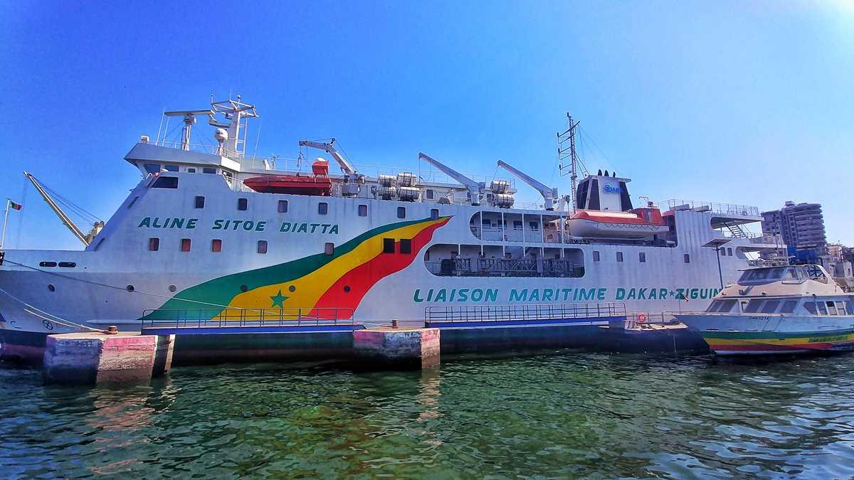 Die Fähre Aline Sitoe Diatta im Hafen von Dakar
