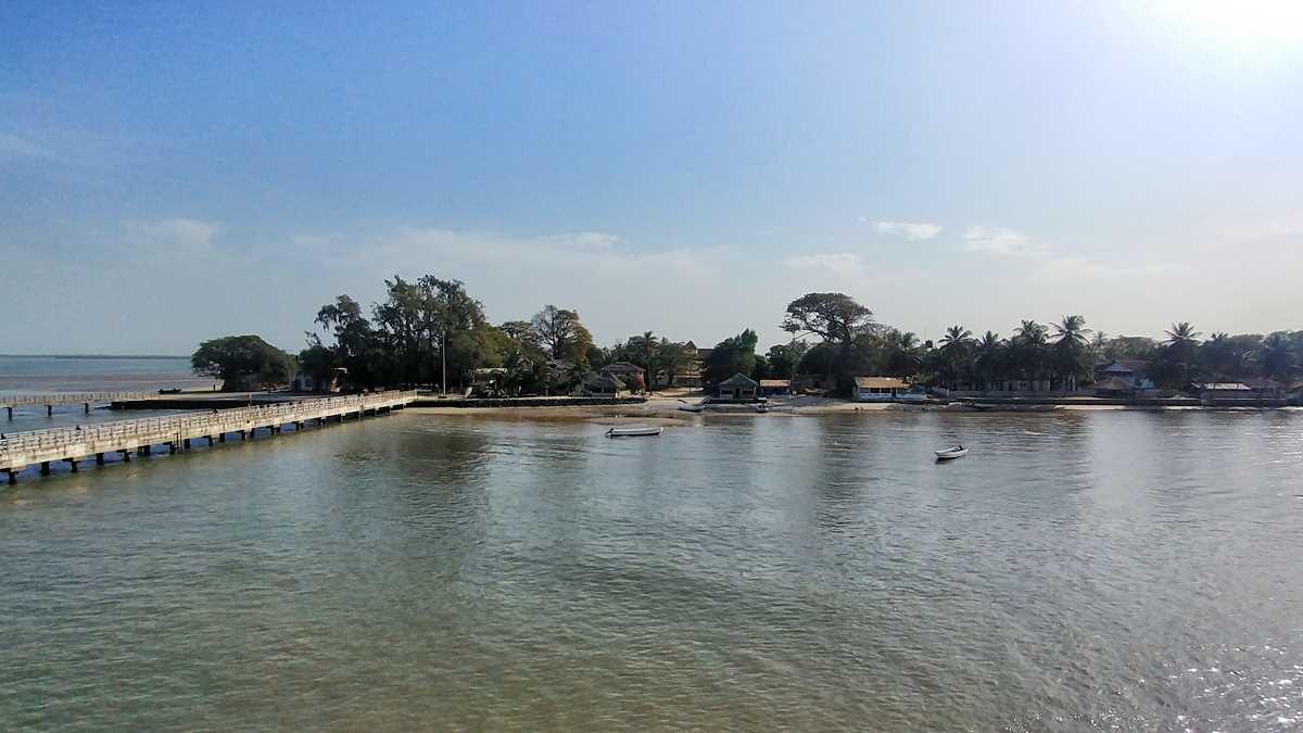 Die Senegal-Fähre Aline Sitoe Diatta auf dem Weg von Ziguinchor nach Dakar mit einem Stopp auf der Ile de Carabane