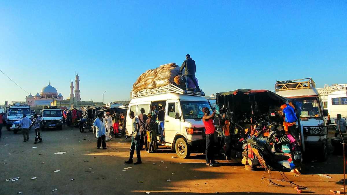 Das Busterminal von Mbour im Westen des Senegals