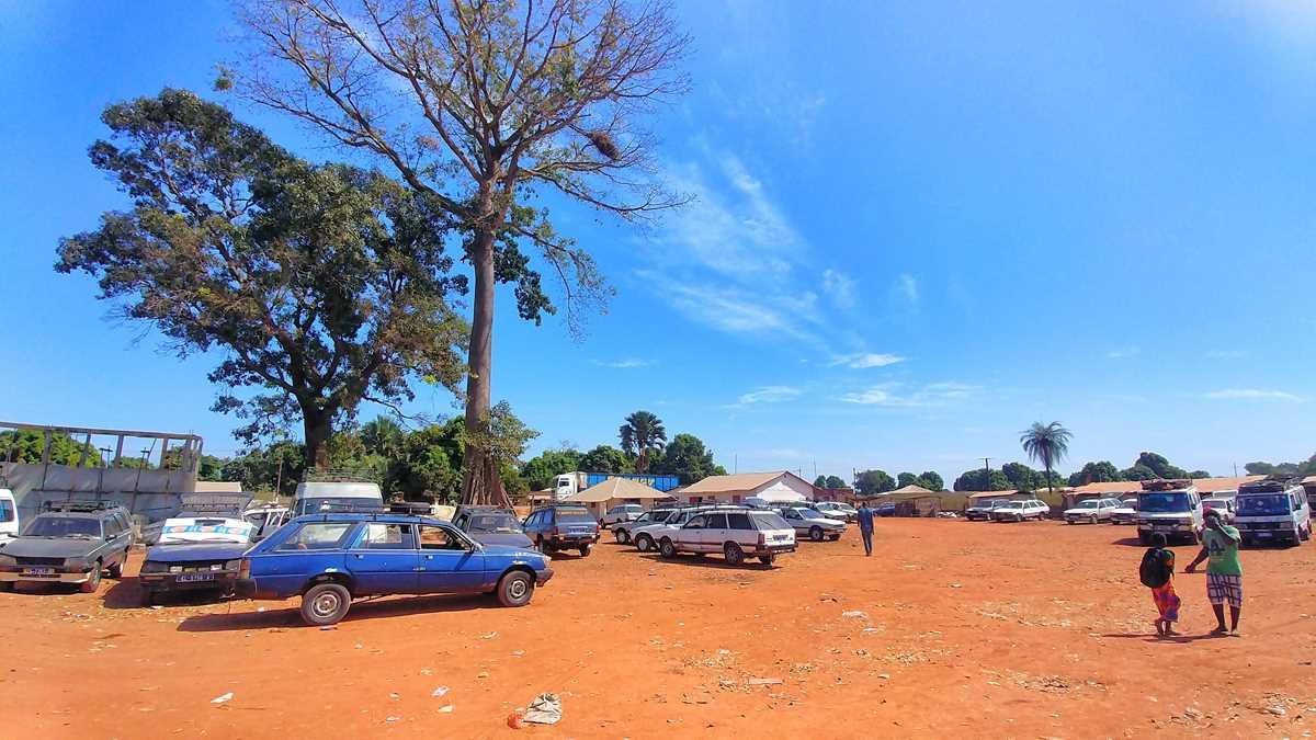 Der Busbahnhof in Seleti an der Grenze von Senegal zu Gambia