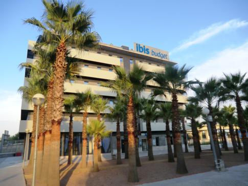 Das Gebäude des ibis budget Sevilla von außen