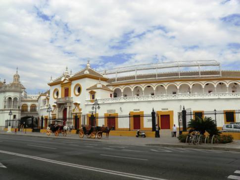 Außenansicht der Stierkampfarena von Sevilla, der Plaza de los Toros de Real Maestranza