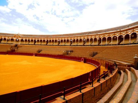 Innenansicht und Sitzbereich der Stierkampfarena von Sevilla