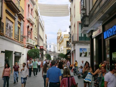 Eine der vielen Fußgängerzonen und Einkaufsstraßen in der Innenstadt von Sevilla