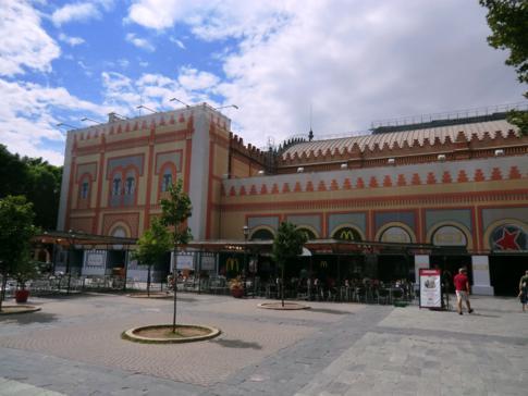 Ein alter Bahnhof, heute umgebaut zur Markthalle